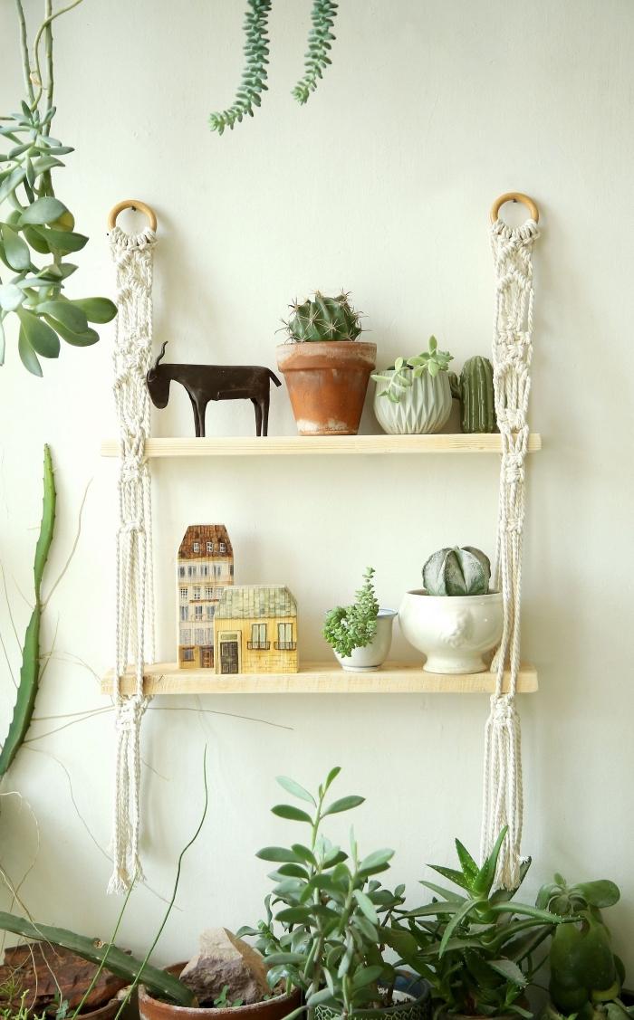 modèle de rangement DIY facile fait avec planches de bois et macramé, idée décor style bohème chic et jungle