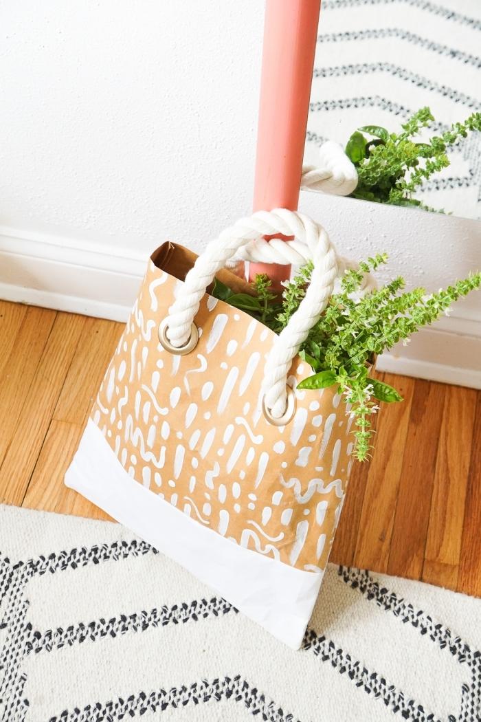 modèle de sac à main en papier customisé avec peinture blanche aux motifs graphiques avec poignée en corde coton