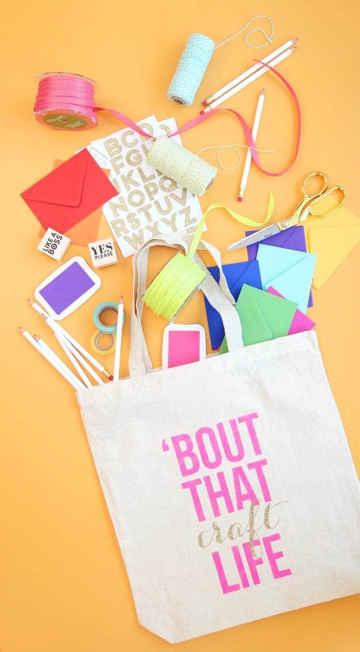 modèle de sac cabas personnalisé facile avec citation, comment dessiner ou coller des lettres glitter sur textile