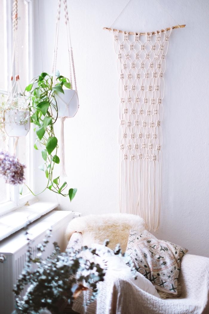 salon bohème chic aux murs blancs avec fauteuil couvert de plaid en faux fur et déco murale DIY en suspension macramé facile