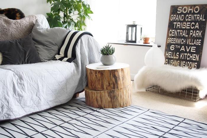 déco nature avec deux rondins de bois brut couleur naturelle comme table basse en tronc d arbre