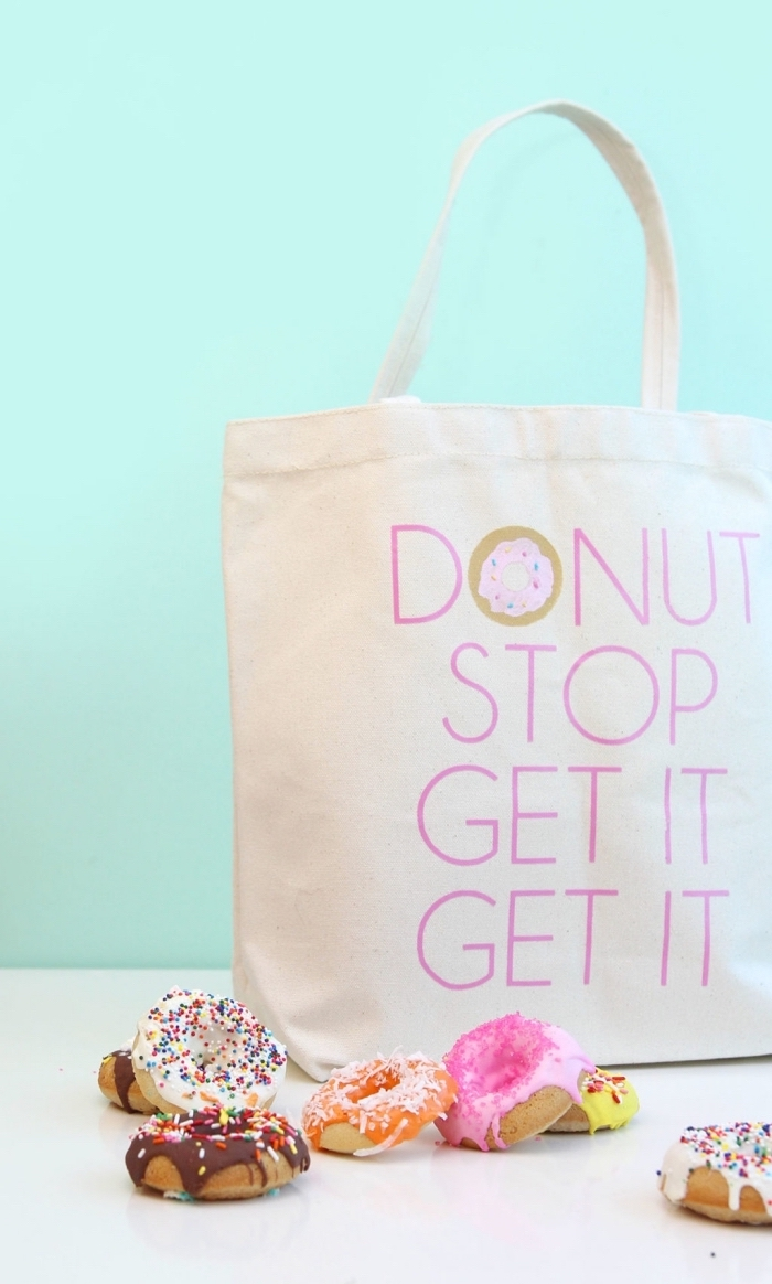 comment décorer un tote bag avec la technique lettres inspirants réalisés avec pochoir lettre et feutre pour textile, tote bag aux lettres donut