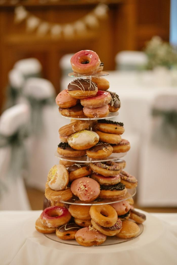 dessert façon croque embouche, donuts arrangés sur un présentoir de gâteaux