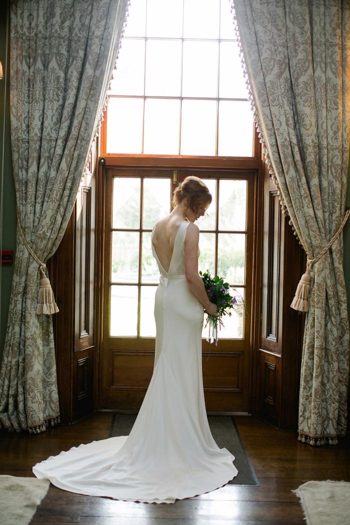 une robe de mariée sirène élégante et chic en crêpe de soie à dos plongeant et à tombé parfait