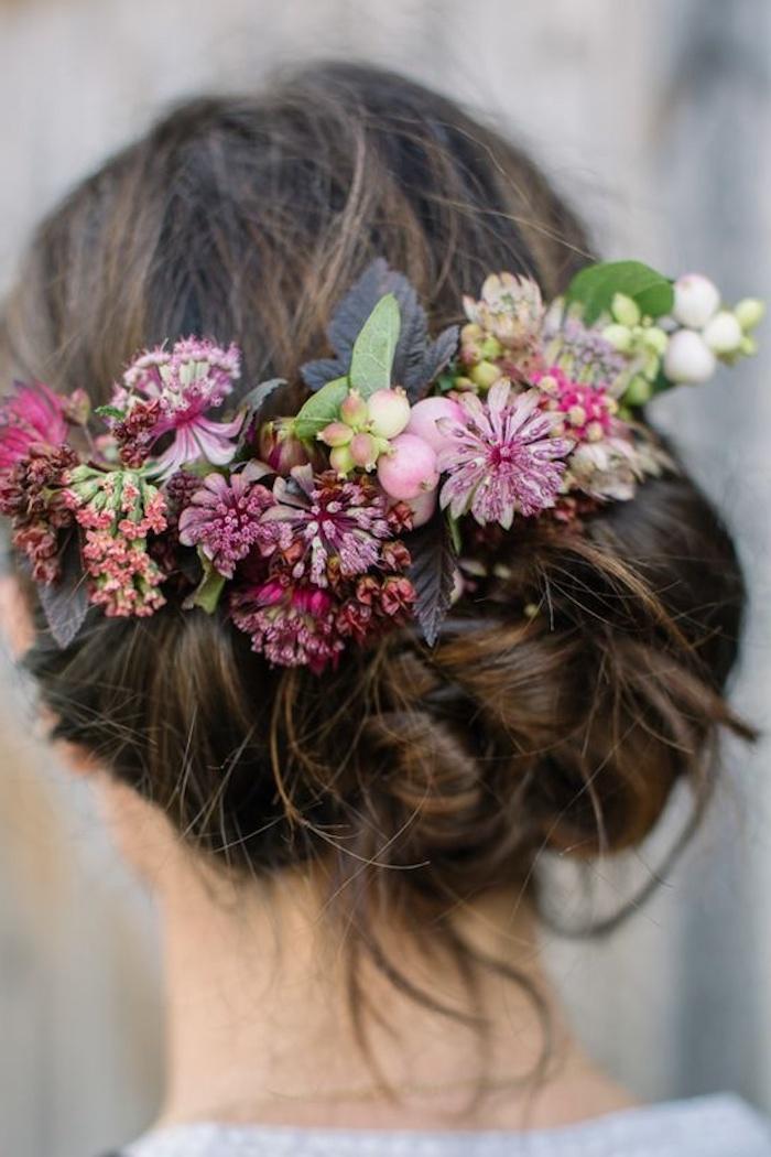 Moderne coiffure mariage boheme, simple coiffure à ondes sans chaleur boucles pour chignon accessoirisé de fleurs
