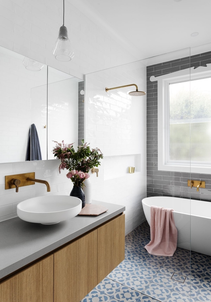 une salle de bain carreaux de ciment à motifs floraux vintage en bleu ciel qui recouvrent le sol