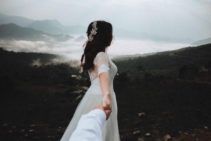 Ondulé coiffure bohème boucles cheveux style bohème, coiffure mariage femme boheme, photo de la mariée à fond des montagnes