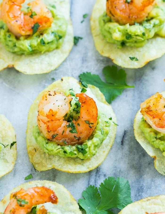 recette tapas facile avec du chips, guacamole et crevette dessus avec topping d herbes fraiches, photographie nourriture