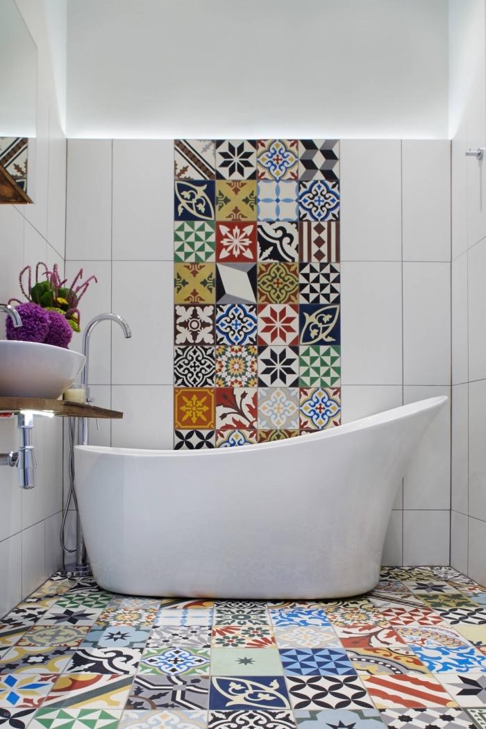 intérieur traditionnel et moderne dans une petite salle de bain, modele de salle de bain blanche avec déco en carrelage patchwork
