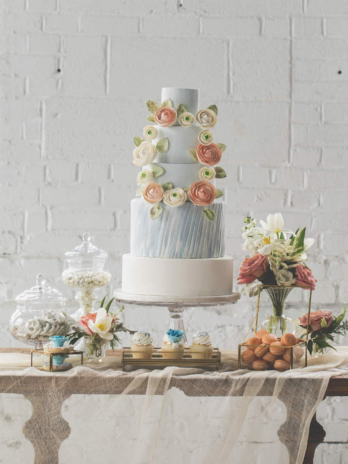 Gâteau mariage à choisir, le plus beau gateau du monde, gateau a fondant bleu et blanc, fleurs en couronne pour decoration gateau de mariage original
