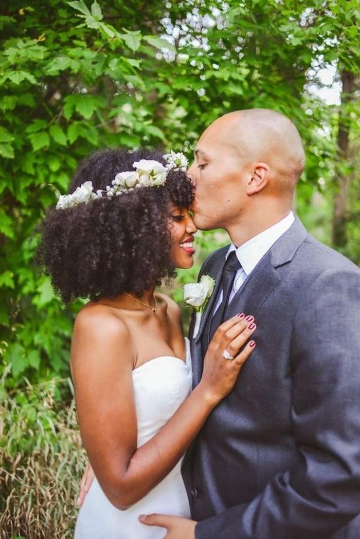 Cheveux crépus coiffure simple boheme, coiffure mariage cheveux crépus avec couronne de fleurs pour accessoire, le style bohème simple