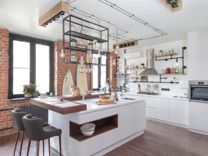 cuisine ouverte de style loft industriel avec un ilot central cuisine fonctionnel à tablette bois modulable qui joue le rôle de dessert et de coin repas
