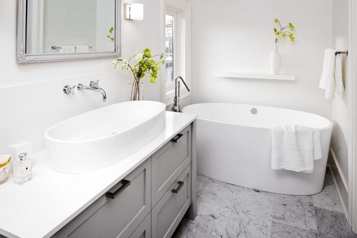 idée aménagement stylé d'une salle de bain 3m2 à design monochrome blanc, modèle rangement gain place avec étagère murale