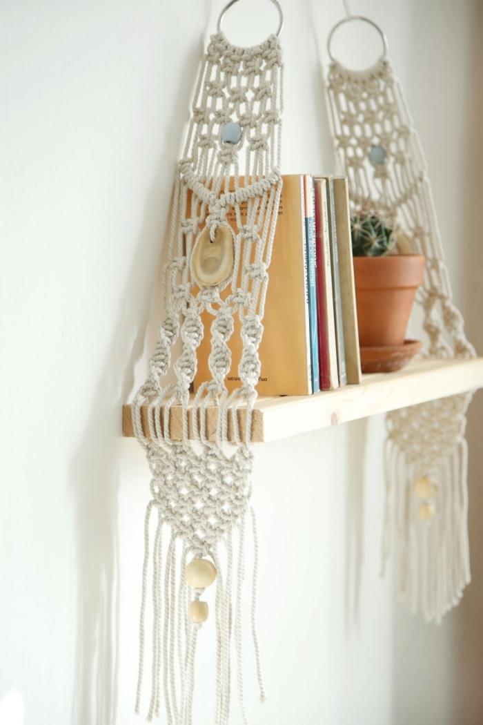 modèle de déco en style bohème chic, exemple étagère murale DIY fabriquée en planche de bois et macramé