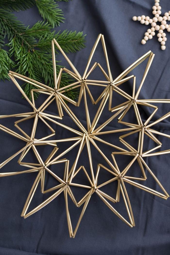 étoile de noël récup réalisée avec des pailles couleur or, idee deco recup avec des pailles