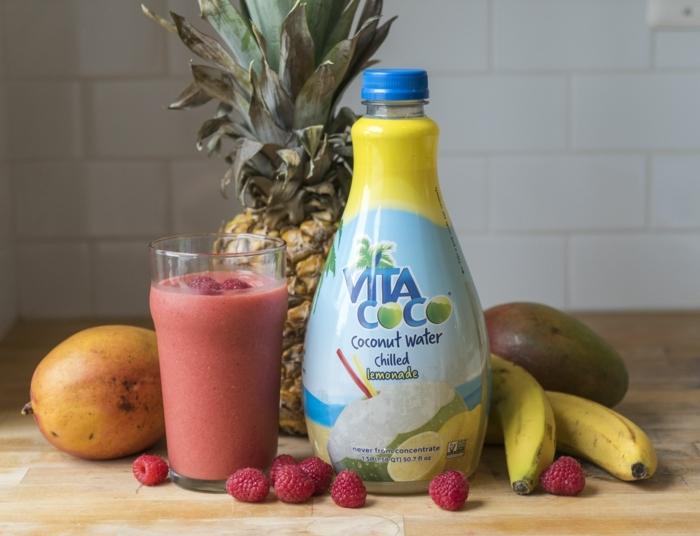 mix de fruits et d'eau de coco, fraises et mangue à la banane et au lait