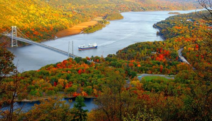 fleuve, bateau, grand pont, forêt biggrrée, teintée des couleurs de la saison automnale, fond ecran automne