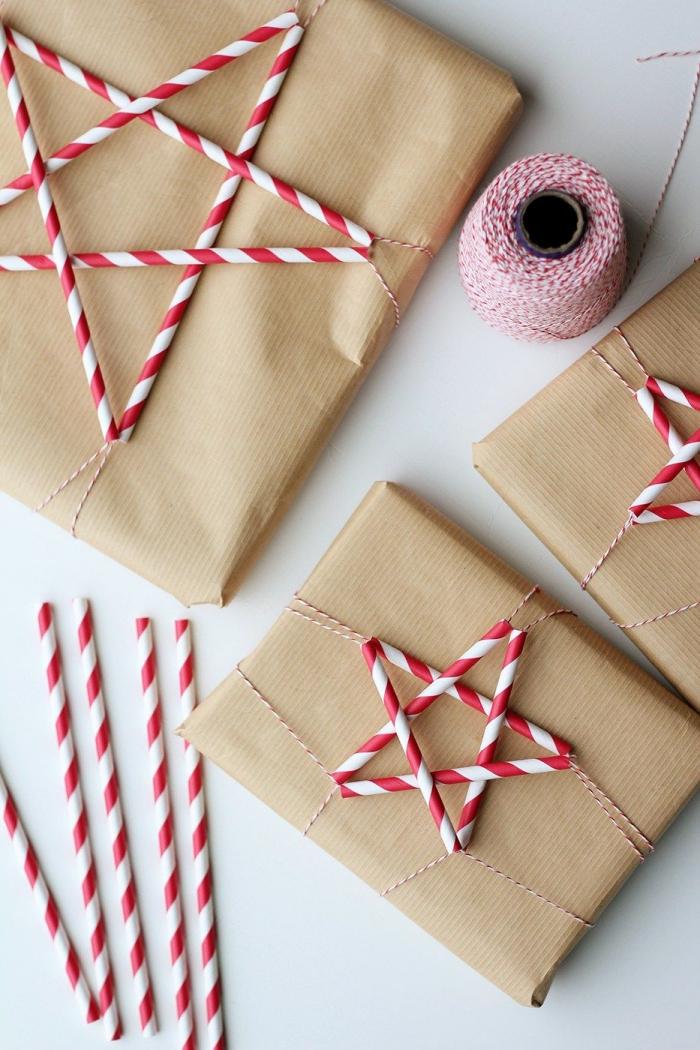 emballage cadeau en papier kraft et des pailles rouge et blanc façon étoile de noël, deco recup sur un paquet cadeau en papier kraft