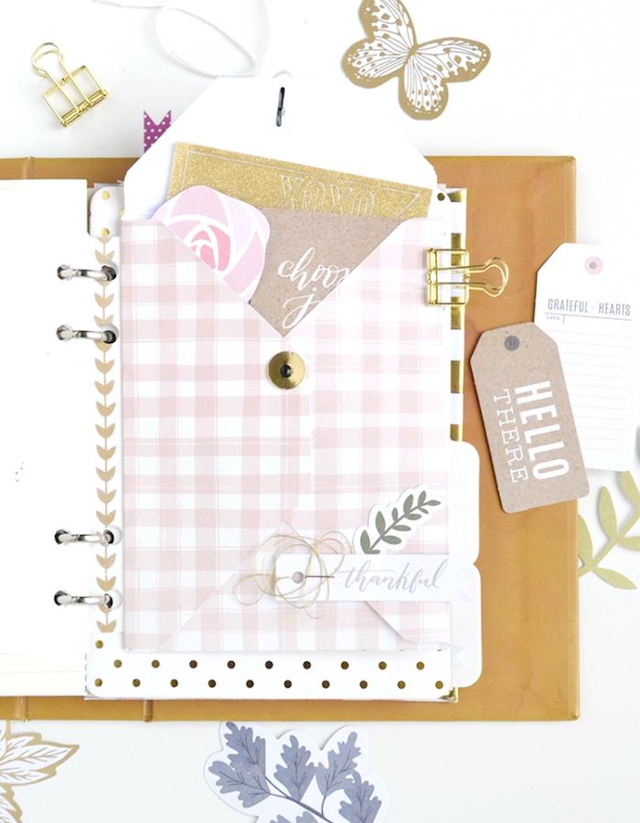 agenda personnalisé avec une petite pochette avec différents stickers et tags pour décorer son carnet