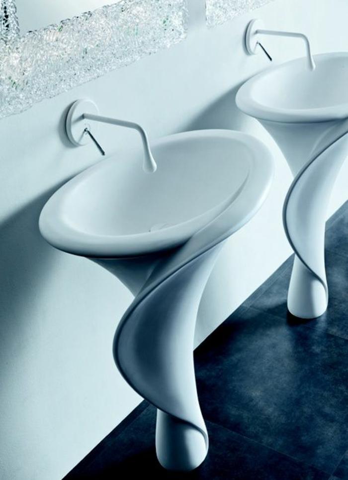 lavabos coquillages blancs, éviers blancs, carrelage du sol en noir, salle de bain nature, crédence brillante faite de particules de verre, déco salle de bain zen