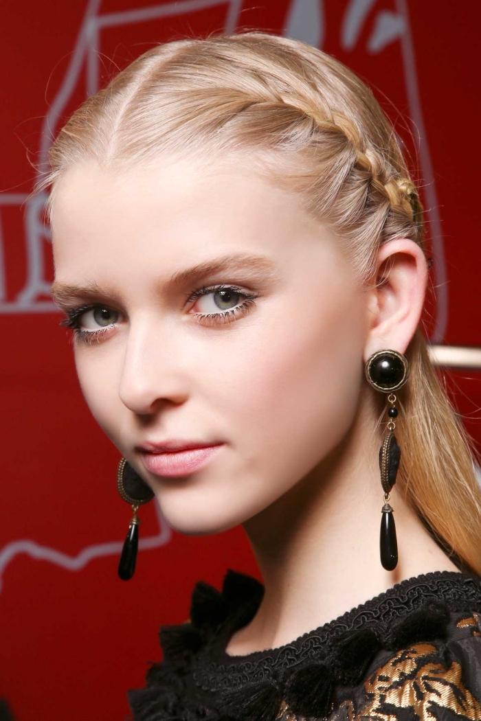 tresses plaques sur les côtés pour une coiffure aux cheveux mi-attachés en arrière, coiffure moderne avec deux tresses de côté