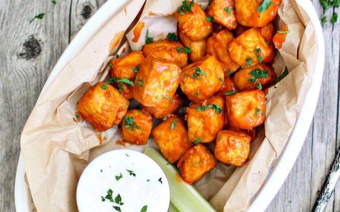 amuse bouche recette avec tofu grillé à la sauce, herbes fraiches et une sauce dip à la base de creme fraiche epaisse