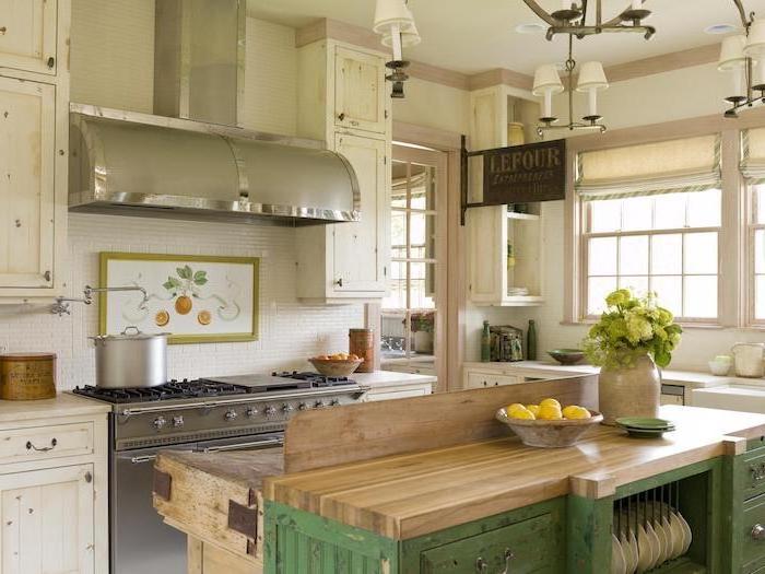 établir bois et metal et meuble cuisine blanc patiné, piano de cuisson gris, plaque émaillée métallique, aspirateur inox