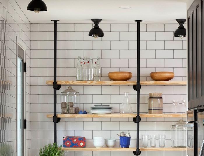 étagère bois et métal pour une cuisine campagnarde, carrelage blanc derrière, plusieurs pièces de vaisselle
