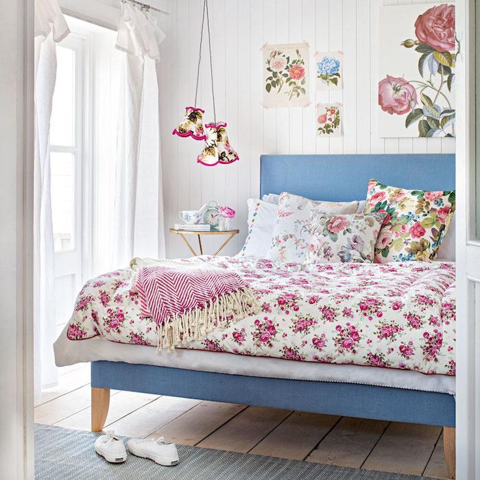 deco maison de charme, lit bleu paré e linge de lit shabby deco, motifs fleuris, lamris blanc, suspensions floraux, parquet bois clair