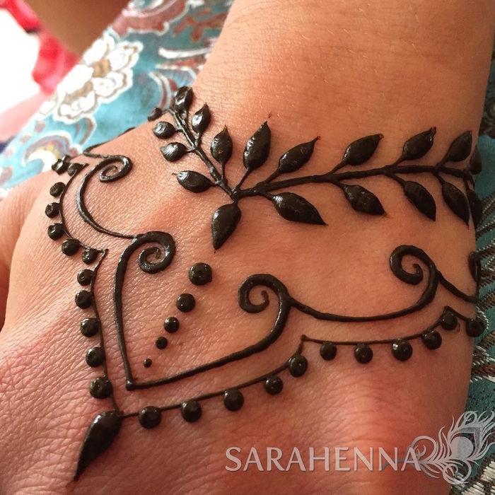 exemple petit tatouage au henné sur la main après pose par sarahenna