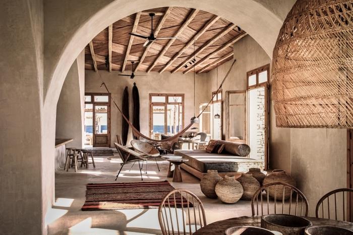 intérieur exotique avec meubles de bois, modèle de plafond rustique en bois avec poutres apparentes, aménagement salon exotique avec meubles et objets bois