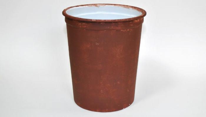 fabrication d'objets en bois flotté, peindre un pot de yaourt pour faire de lui un pot de fleur