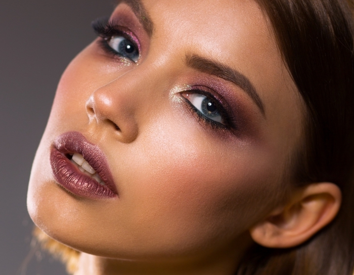 idée maquillage de soirée avec fards à paupières brillants en nuance dorée et violette, maquillage contouring facile