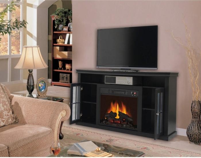 peinture murale rose-lilas, cheminée murale comme meuble de tv, fausse cheminée électrique