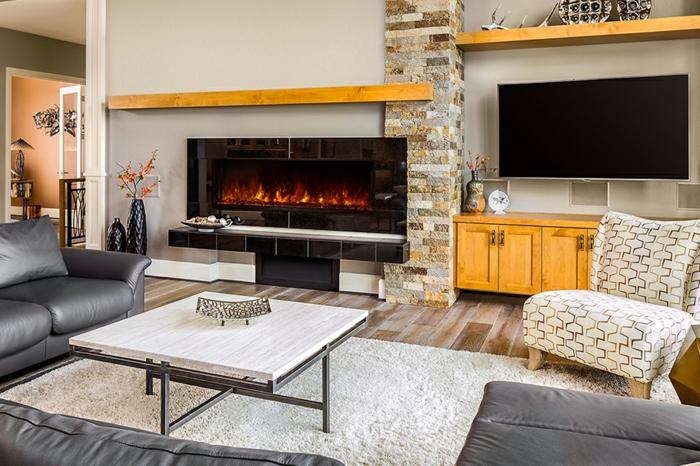 salon en gris et jaune, table de salon en bois et fer, tapis crème, cheminée murale électrique