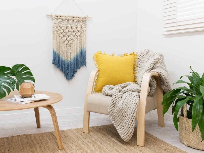 déco de salon moderne aux murs blancs avec meubles de bois clair et plantes vertes, objet DIY macramé suspension ombré
