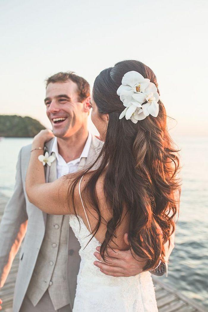 Idée coiffure cheveux long, coiffure mariage bohème chic, choix coiffure simple ondulé avec trois fleurs blanches pour accessoires