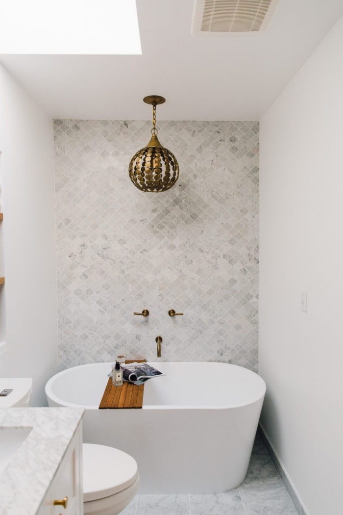 comment aménager une petite salle de bain blanche avec carrelage marbré, modèle de petite baignoire sabot