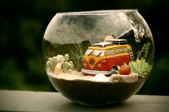 idée quoi faire avec un vieil aquarium, mini jardin dans un contenant en verre rond et ouvert rempli de sable avec mini plantes