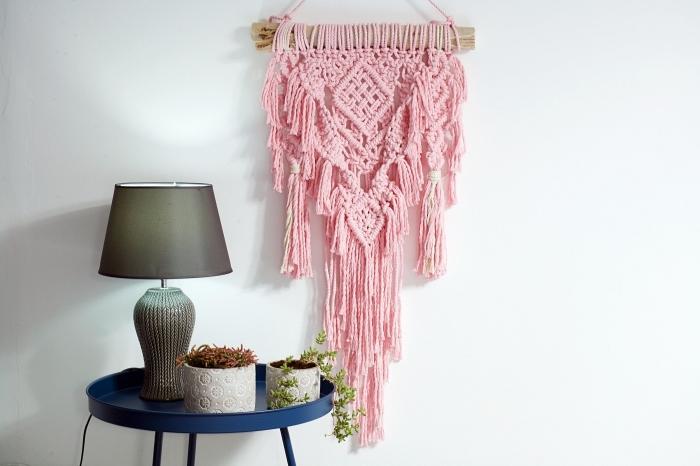 modèle de création en noeuds macramés avec cordelette en rose pastel et bâton de bois, accessoires style boho chic