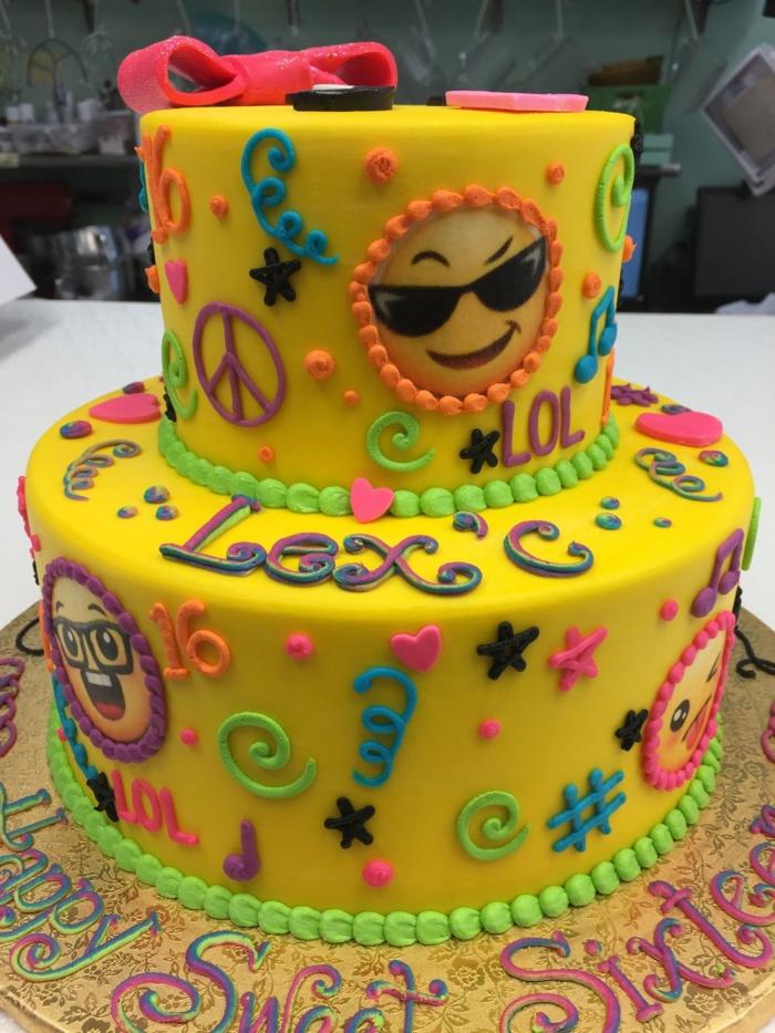 gateau d'anniversaire personnalisé, glaçage jaune, ruban rose, dessins sculptés sur la pâte