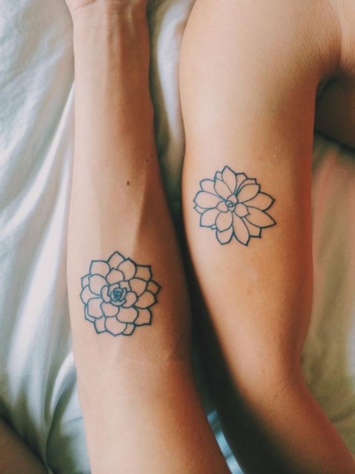Fleur mandala sur la main, se faire tatouer avec son copain, symbole d'amour éternelle