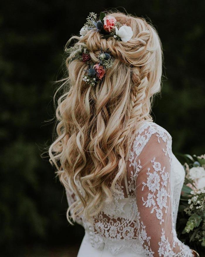 Coiffure de mariage bohème chic bouclée, coiffure mariage champetre avec fleurs artificielles pour accessoires, tresse, cheveux longs bouclés