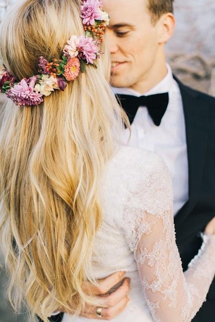 La plus belle coiffure pour mariage bohème, cheveux normaux avec couronne de fleur, femme à cheveux long, idée de coiffure mariage