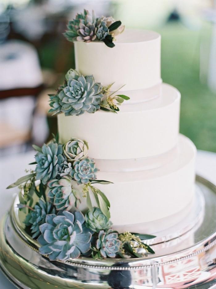 Gateau wedding cake, figurine gateau mariage, original gateau pour mariage, plantes vertes pour décoration de gateau simple trois etages couverts en fondant blanc