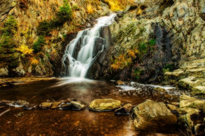 rivière à l'eau limpide, chutes d'eau, falaises rocheuse et végétation basse, fond d'écran pour ordinateur gratuit