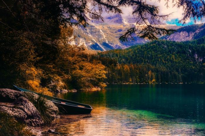 rivière dans la montagne, images fond d'écran, nuages blancs, barque accostée à coté de la rivière