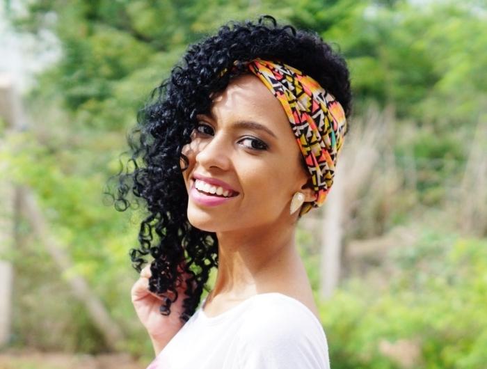 idée comment styliser les cheveux long bouclé ou frisés avec un accessoire foulard ou bandana, coiffure cheveux mi-attachés sur le côté