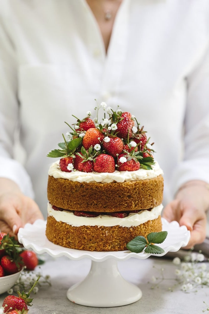 Bon gateau allégé, gateau au chocolat sans gluten, gateau leger aux fraises, belle décoration de fleurs comestibles et fraises