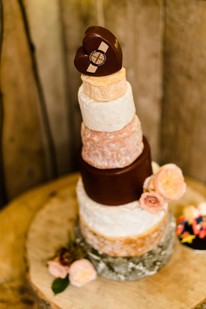 Idée gateau wedding cake pour votre mariage, support gateau mariage champetre, originale idée gateau de fromages
